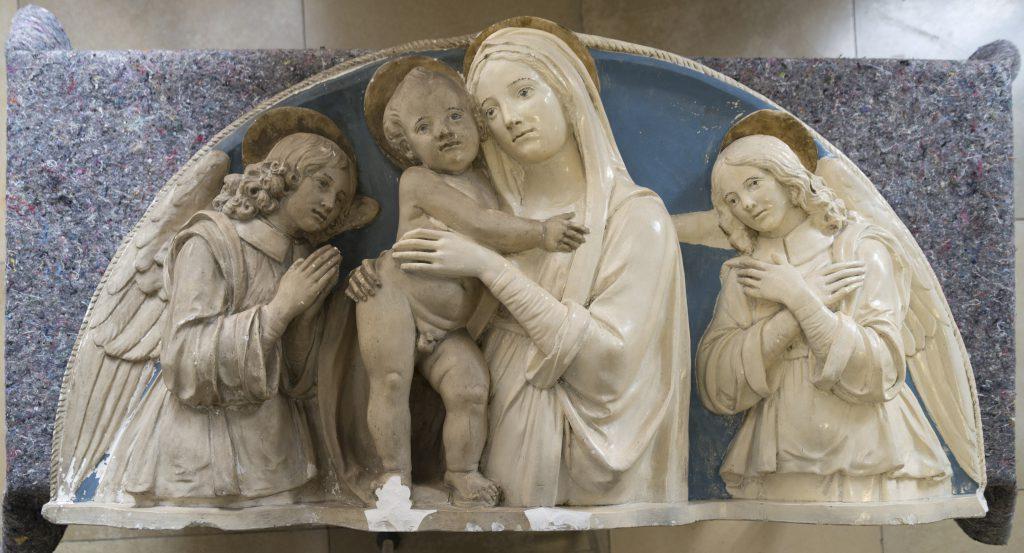 Gipsrelief nach Andrea della Robbia während der Reinigung - Aufnahme von Jean-Luc Ikelle-Matiba