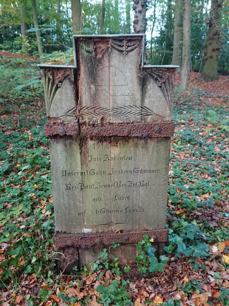 Hölzerner Gedenkstein (2)