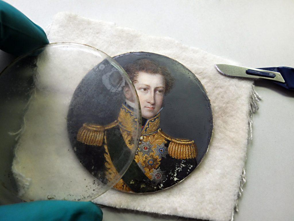 Ernst I. unter korrodiertem Glas